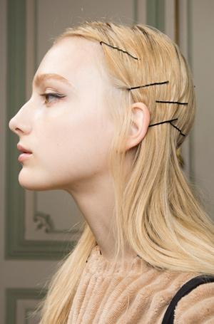 Фото №22 - Заколки, ободки и резинки: самые модные украшения для волос нового сезона