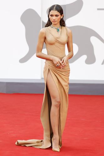 Фото №8 - Самые откровенные платья Венецианского кинофестиваля: соблазнительная фотоподборка