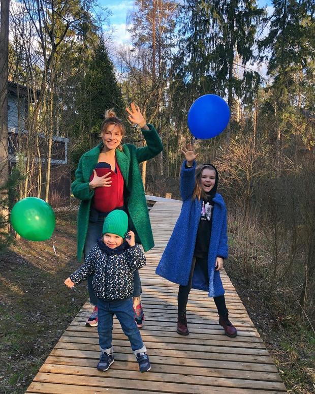 Фото №2 - Елена Подкаминская впервые показала всех троих детей