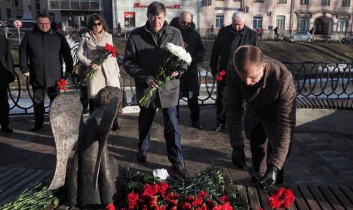 Фото №1 - Памятник погибшим врачам снова открыли без организаторов. В этот раз фальстарт у комздрава Петербурга