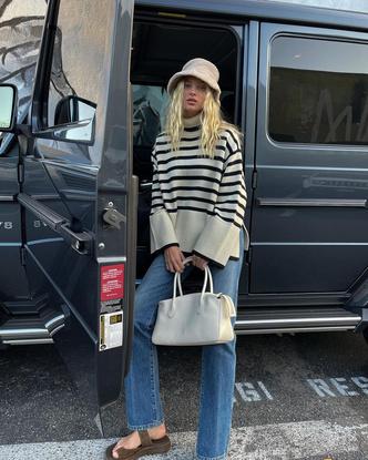 Фото №1 - Полосатый свитер— модное спасение от осенней хандры. И вот 10 классных вариантов на каждый день