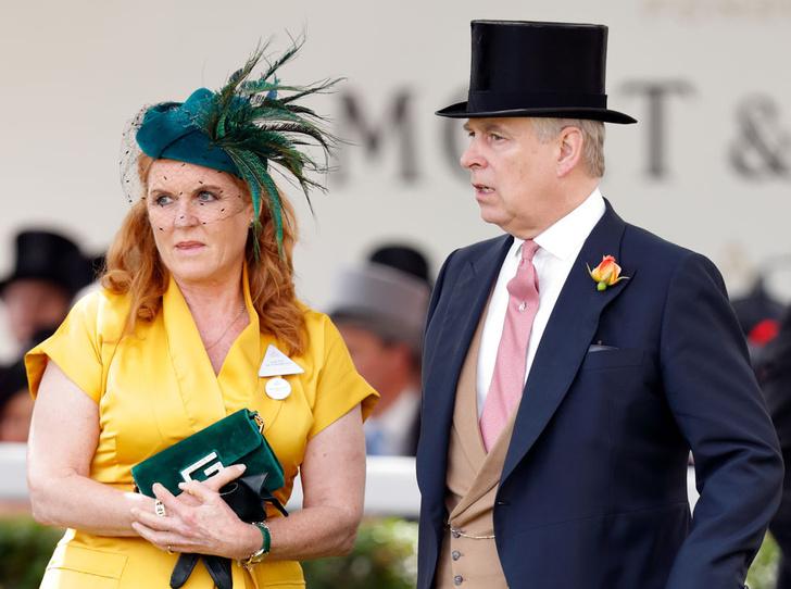 Фото №1 - Принц Эндрю и Сара Фергюсон отдохнули с королевой в Балморале