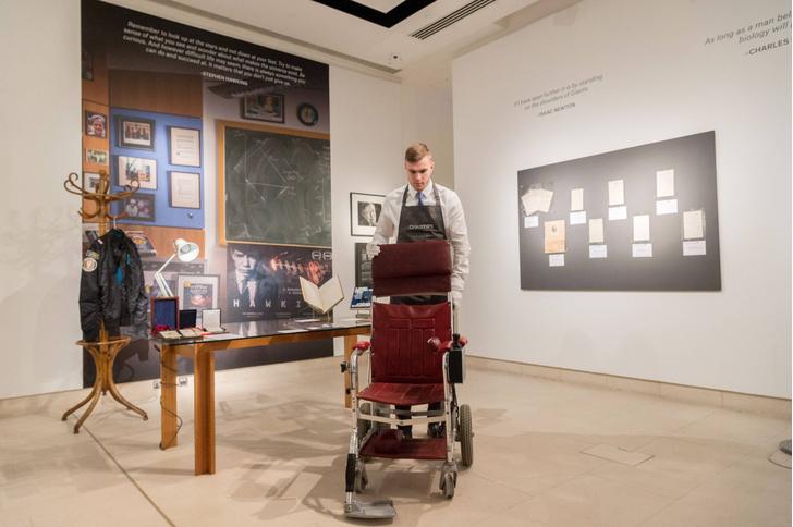 Фото №1 - Личные вещи Хокинга продали на аукционе за 1,4 миллиона фунтов