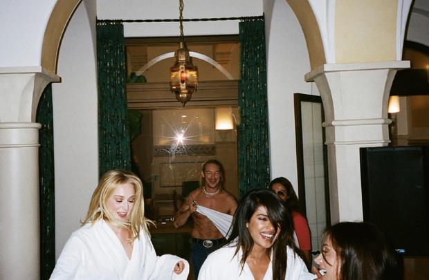 Фото №5 - Из неизданного: Софи Тернер поделилась новыми свадебными фото в годовщину церемонии. И они сумасшедшие