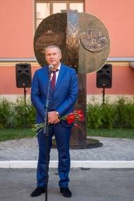 В Петербурге открыли первый в России памятник детским врачам и медсестрам