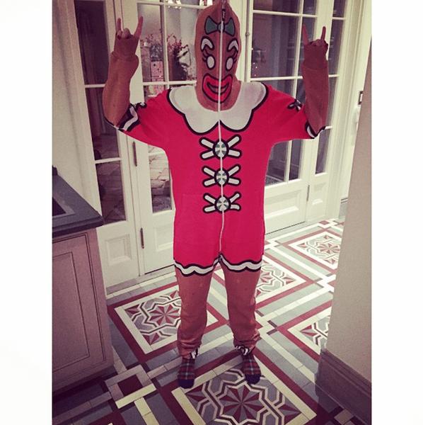 Фото №10 - Звездный Instagram: Знаменитости в забавных париках, масках и костюмах