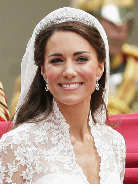 Фото №22 - Самые знаменитые свадебные платья Виндзоров: неудачные, смелые и даже бодипозитивные