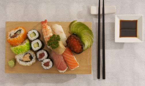 Фото №1 - Как выбрать полезные суши и не заказать их доставку мошенникам, объясняет Роспотребнадзор