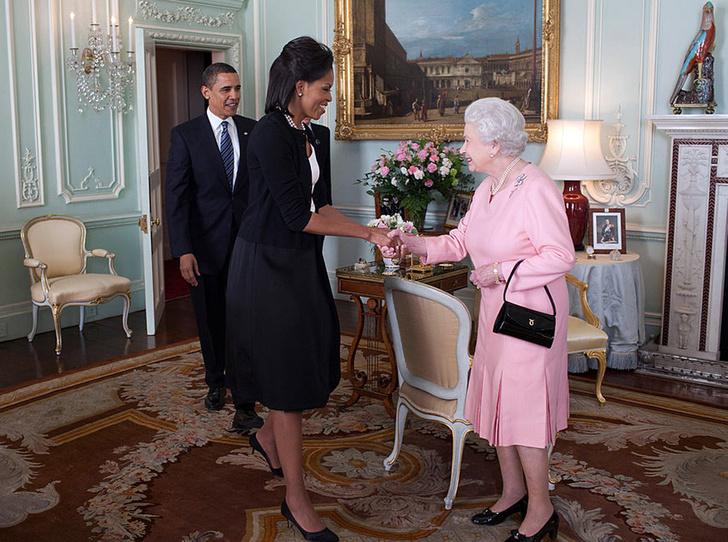 Фото №1 - Мишель Обама извинилась за нарушение королевского протокола