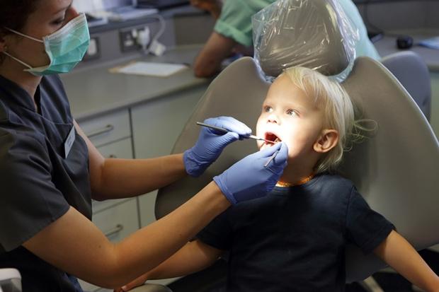 Когда нужно водить детей на осмотр к зубному