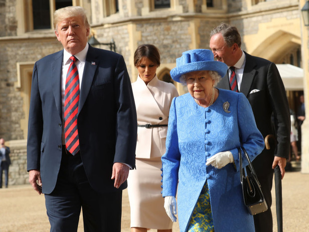 Фото №2 - Осуждение или поддержка: как Королева выражает эмоции с помощью аксессуаров