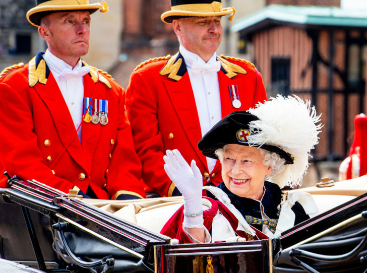 Фото №2 - Елизавета II посвятила в рыцари ордена Подвязки короля Нидерландов и короля Испании