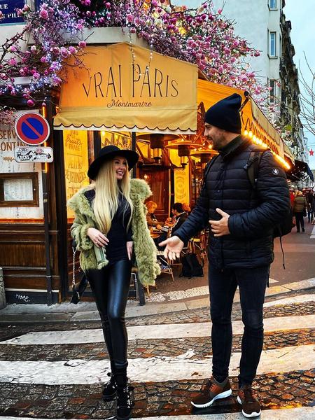Фото №1 - Забыла юбку? Пынзарь гуляет по Парижу в колготках и свитере