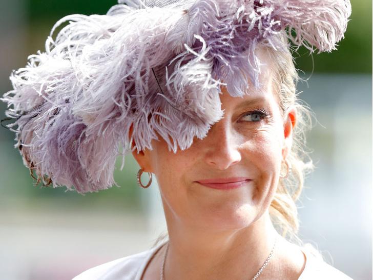 Фото №1 - Звезда Аскота: новые образы графини Софи, которыми точно гордится Королева