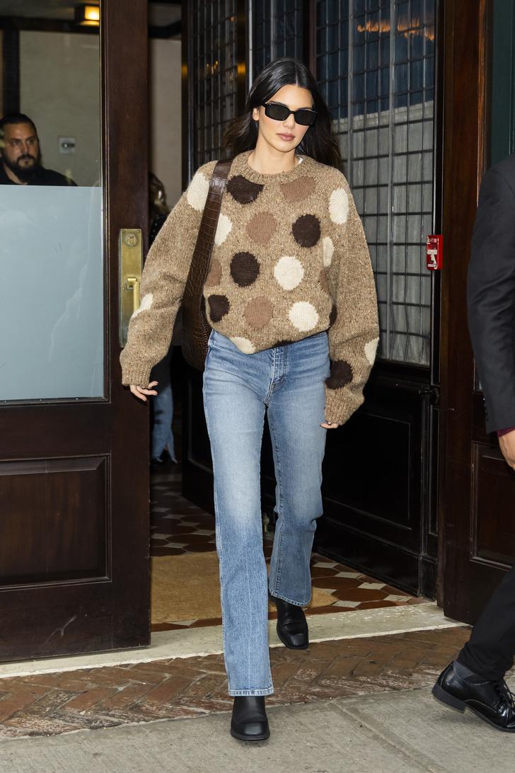 Фото №2 - Безупречные джинсы и очень милый свитер: осенний образ Кендалл Дженнер