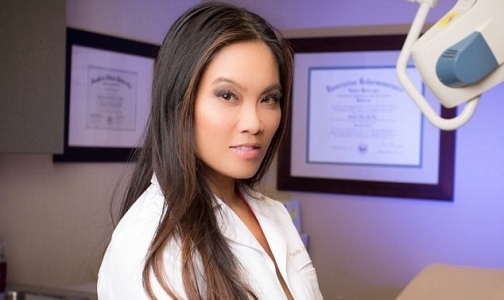 Фото №1 - Шокирующие видео сделали дерматолога звездой Youtube