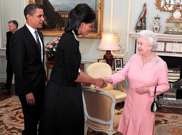 Фото №1 - Мишель Обама наконец-то призналась, зачем обняла Елизавету II
