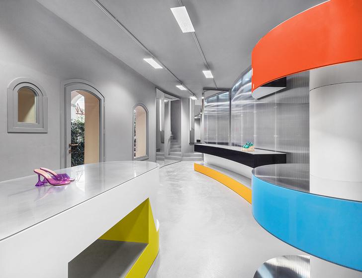 Фото №7 - «Металлический» бутик с яркими цветными деталями на Сардинии