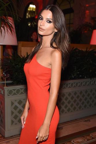 Фото №2 - Как одно и то же платье выглядит на модели-худышке и на беременной