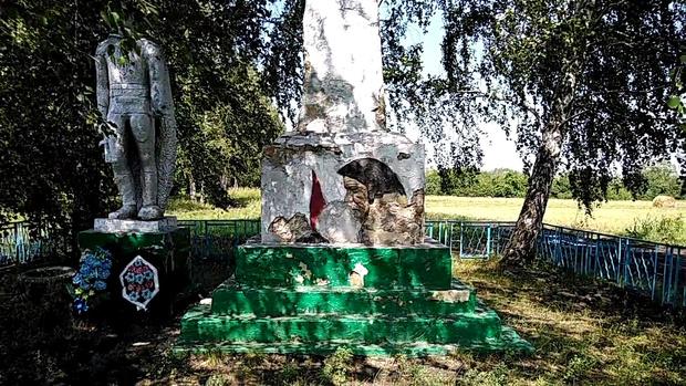 Фото №2 - В Мордовии памятник погибшим в Великой Отечественной войне отреставрировали сайдингом, но после негодования жителей обещали все переделать (фото)