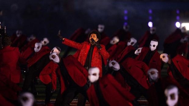Фото №3 - О мемном выступлении The Weeknd-а выйдет документальный фильм
