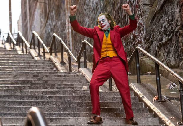 Фото №1 - Житель Бронкса показал, как со стороны выглядел тот самый танец Джокера на лестнице (видео)