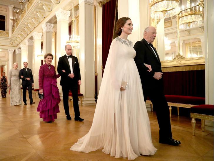 Фото №9 - Любимый бренд: самые роскошные выходы герцогини Кейт в Alexander McQueen