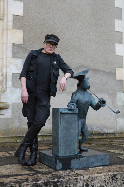 С памятником любимому псу Урке. Статую Шемякин изваял в США, в ночь после смерти четвероногого друга.