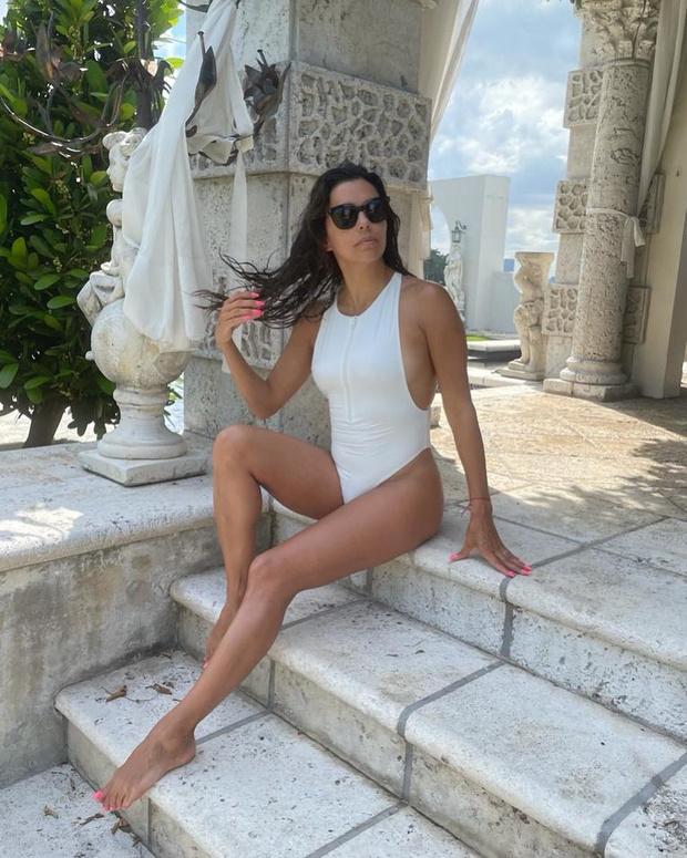 Фото №1 - Греческая богиня: стройная Ева Лонгория в белоснежном купальнике
