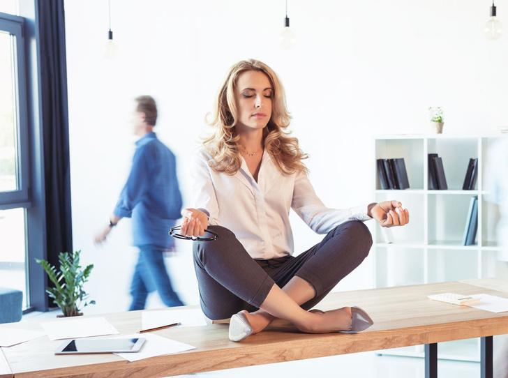 Фото №1 - Йога для трудоголиков: 5 простых асан, которые избавят от боли в спине