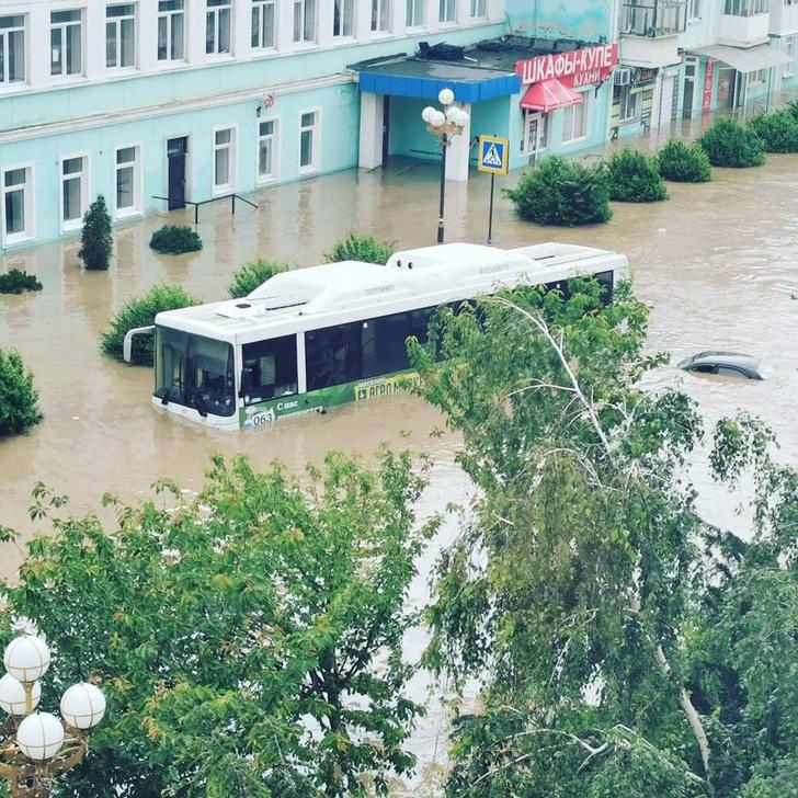 Фото №1 - Керчь ушла под воду: мощные фото и видео крымского апокалипсиса