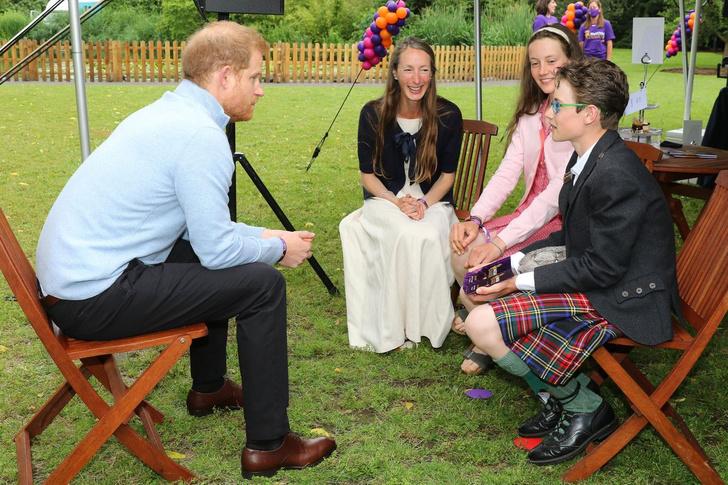 Фото №2 - «Она очень спокойная». Принц Гарри впервые рассказал о своей маленькой дочери Лили