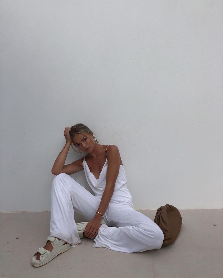 Фото №2 - Инфлюенсер Ханна Шонберг в белом костюме и самых модных сандалиях сезона