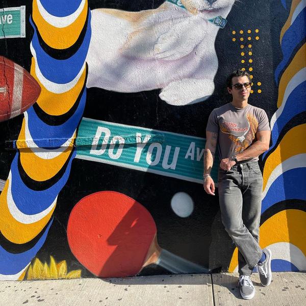 Фото №1 - Как парню выглядеть классно в джинсах и футболке: учимся у Джо Джонаса