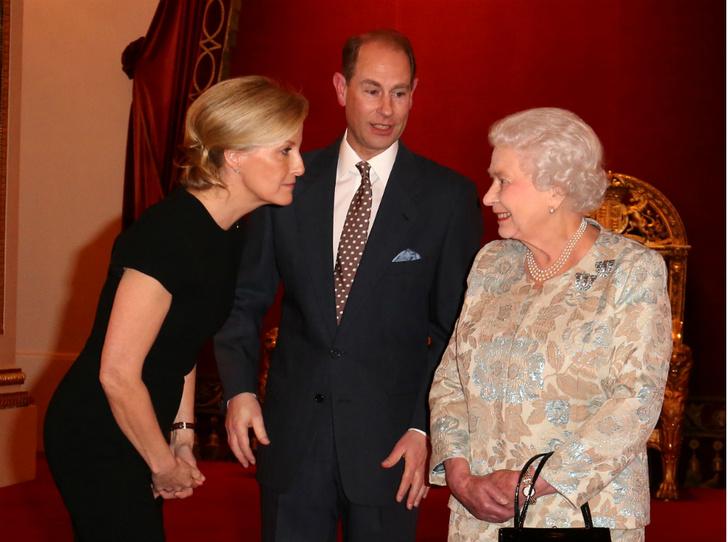 Фото №2 - Подарок на свадьбу: о чем просила Королеву ее «любимая невестка» (и почему получила отказ)