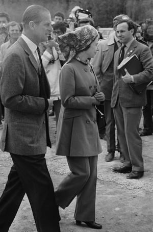 Фото №8 - Как отличить Королеву: каблук 5 см, сумка Launer, яркое пальто и никаких брюк
