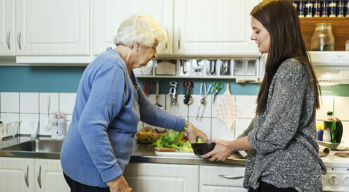 Чем занять пожилого родственника с деменцией?