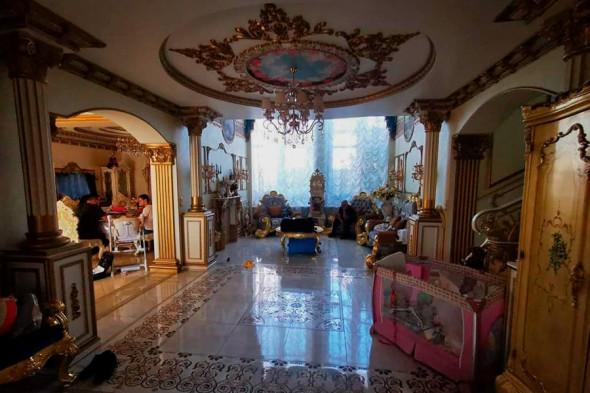 Фото №6 - Вензеля, велюровые диваны и золотой ободок унитаза: почему у тех, кто у власти, такой провинциальный вкус
