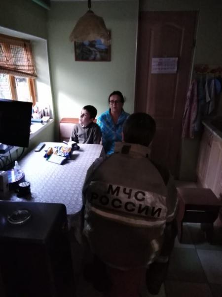 Фото №2 - Ростовские пожарные навестили слепого ребенка, который год звонил им от одиночества