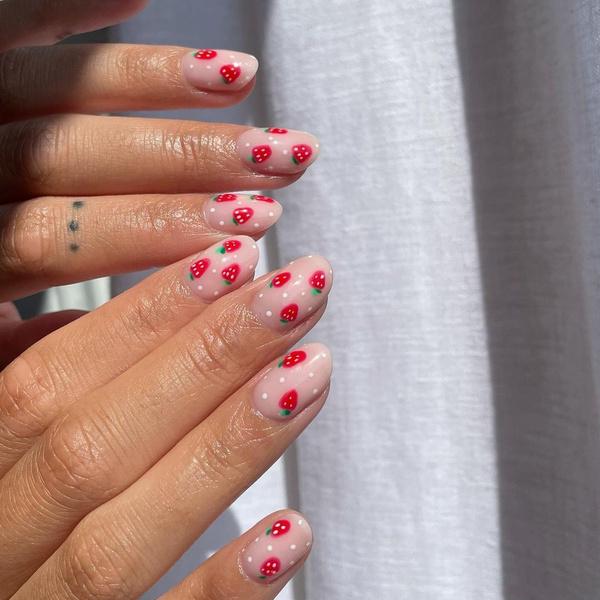 Фото №1 - Клубничный маникюр— дизайн ногтей, который все будут носить этой осенью