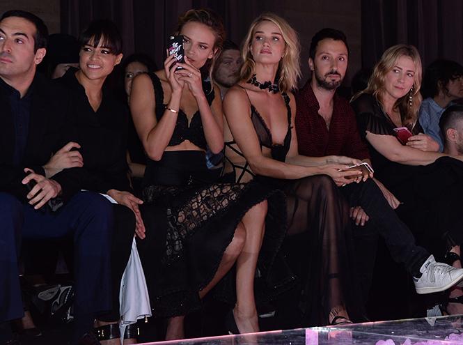 Фото №1 - Звездные гости на показе Atelier Versace FW2015/16