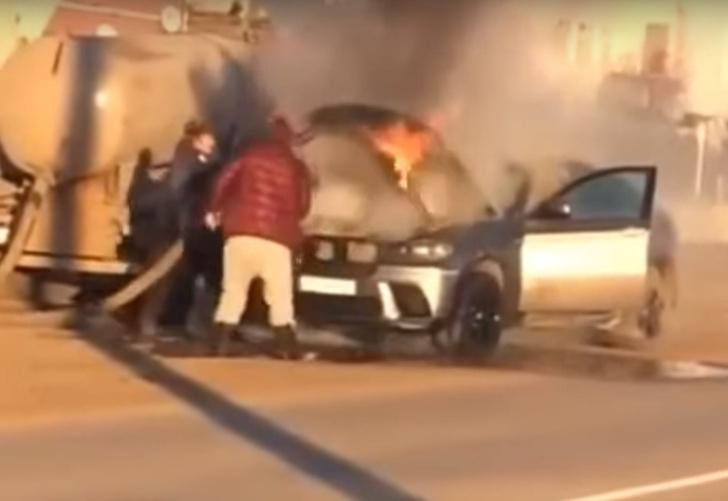 Фото №1 - Горевший BMW в Самаре потушили содержимым ассенизаторской машины: видео