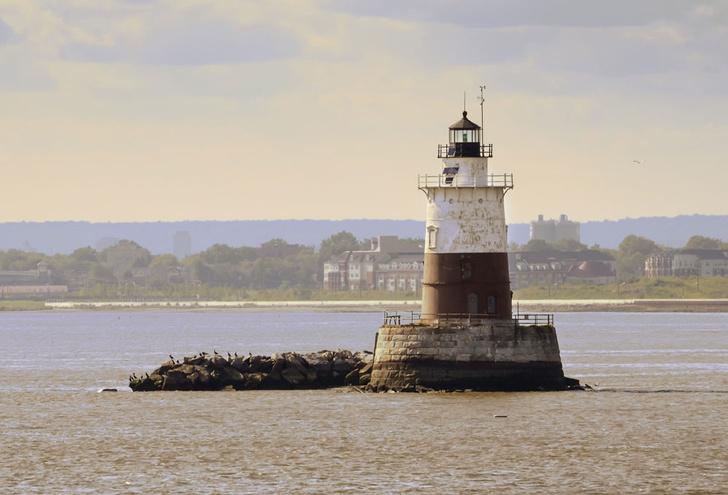 Фото №1 - В США продают шесть маяков