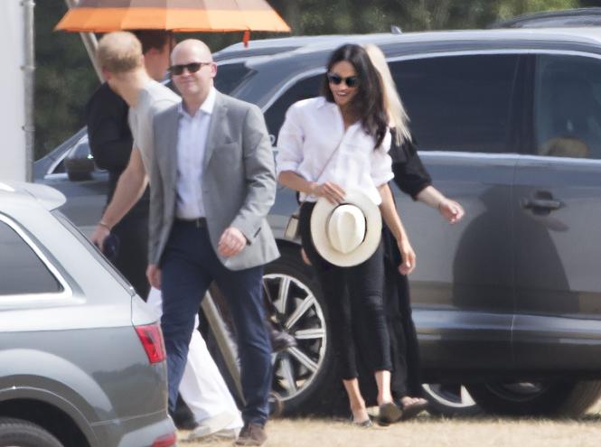 Фото №1 - Меган Маркл впервые после свадьбы появилась в джинсах