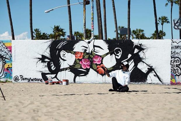 Фото №8 - 20 граффити со всего мира, навеянные коронавирусом