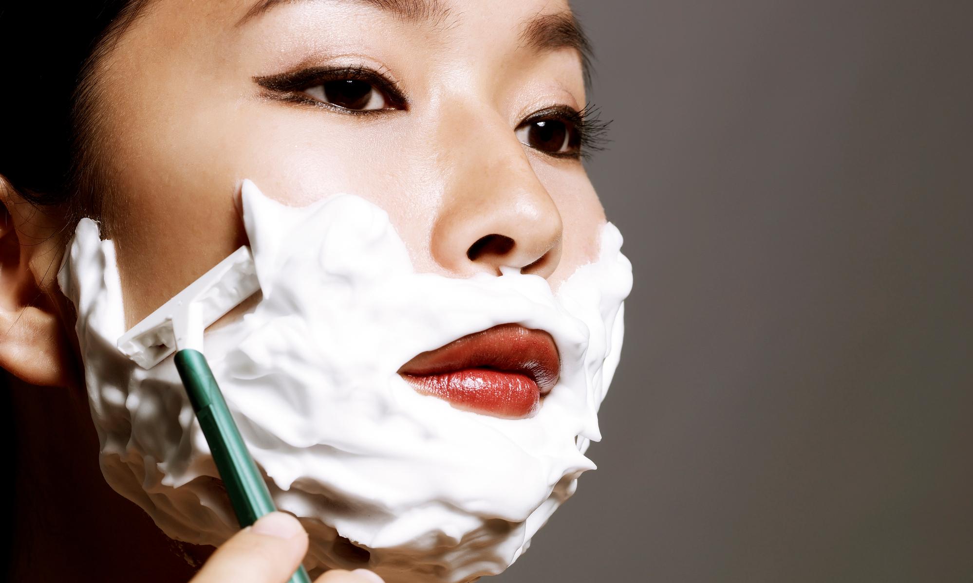 Опасное увлечение: зачем все модные девушки бреют лицо