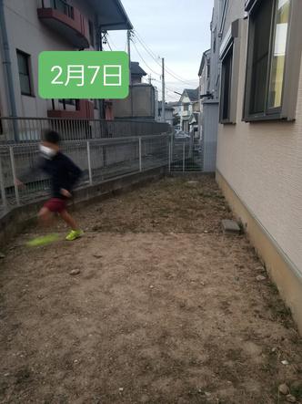 Фото №3 - Мальчик победил сорняки на заднем дворе, бегая по ним каждый день по полчаса