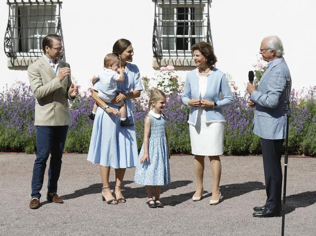Фото №6 - 6 принцесс и королев, которые нарушали протокол ради своих детей