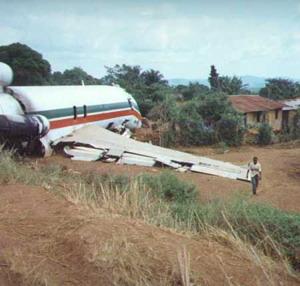 Фото №1 - В Анголе авиалайнер врезался в здание при посадке