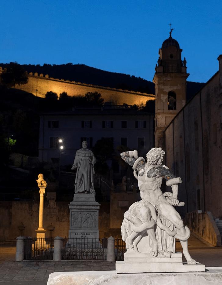 Фото №3 - Скульптуры с татуировками на уличной выставке в Тоскане